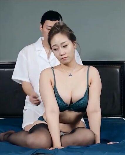 30岁的阿姨炫耀她的胸部