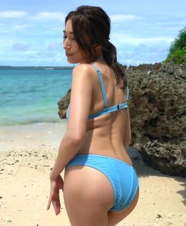 天女在碧蓝的大海边